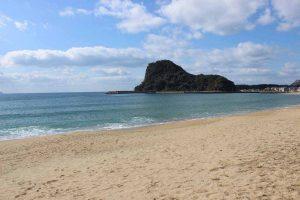 加津佐の浜 岩戸山